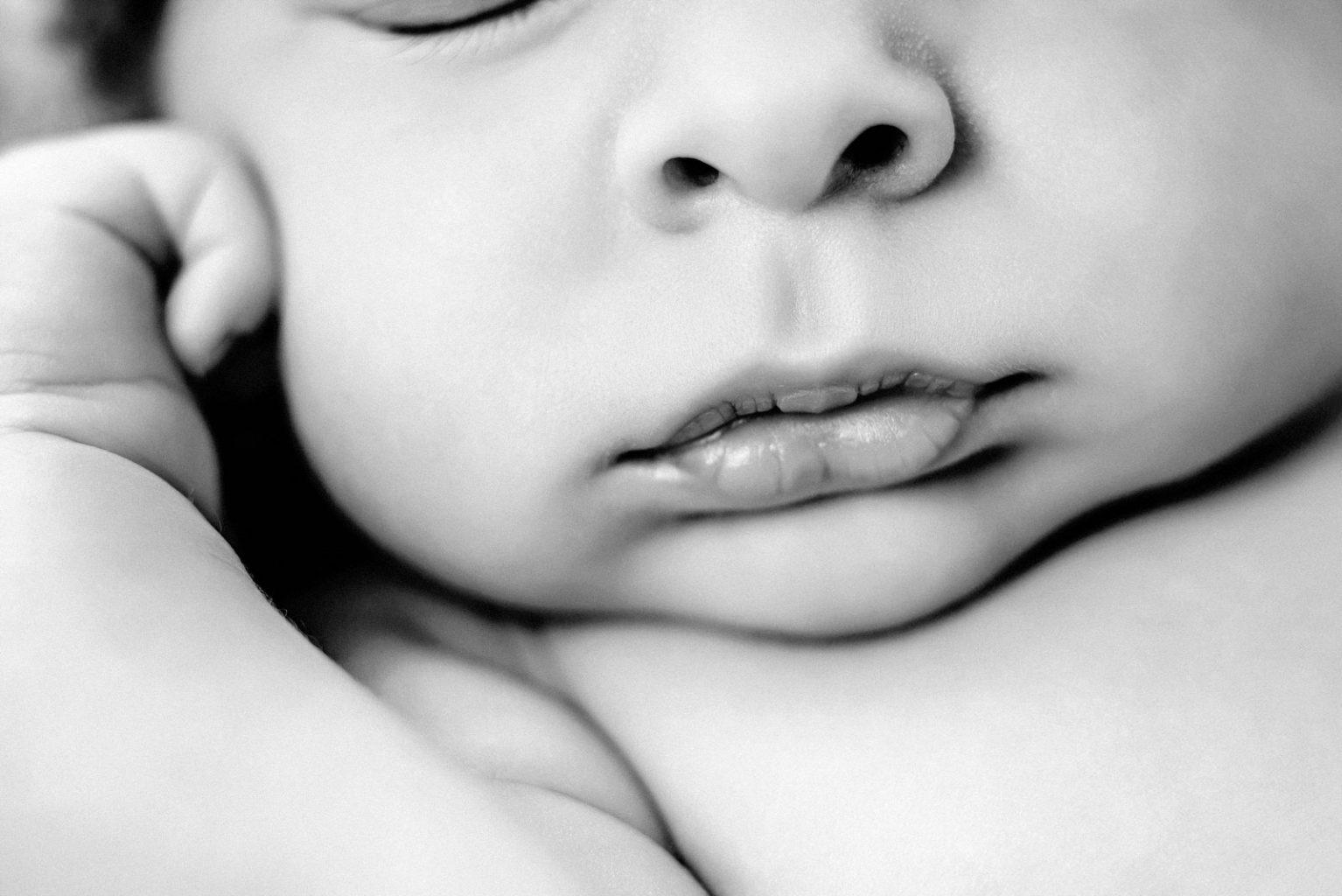 KRiSfoto baby-K.R.Siekielski-www.krisfoto.pl-fotografika-fotografia-noworodkowa-zdjecie dziecka-sesja fotogrfaiczna-czarno białe