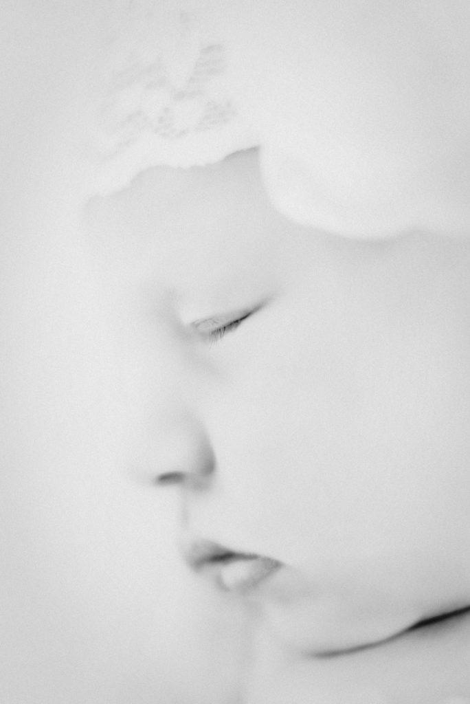 KRiSfoto baby-K.R.Siekielski-www.krisfoto.pl-fotografika-fotografia-noworodkowa-zdjecie dziecka-sesja fotogrfaiczna-czarno białe-portret
