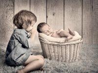 KRiSfoto baby-K.R.Siekielski-www.krisfoto.pl-fotografika-fotografia-noworodkowa-zdjecie dziecka na rękach-sesja fotogrfaiczna z rodzeństwem