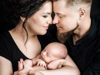 KRiSfoto baby-K.R.Siekielski-www.krisfoto.pl-fotografika-fotografia-noworodkowa-zdjecie dziecka na rękach-sesja fotogrfaiczna z rodzicami