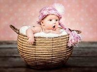 KRiSfoto baby-K.R.Siekielski-www.krisfoto.pl-fotografika-fotografia-noworodkowa-zdjecie dziecka w koszyku w czapce-zdziwiona dziewczynka