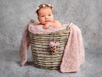 KRiSfoto baby-K.R.Siekielski-www.krisfoto.pl-fotografika-fotografia-noworodkowa-zdjecie dziecka w koszyku z opaską-sesja fotogrfaiczna