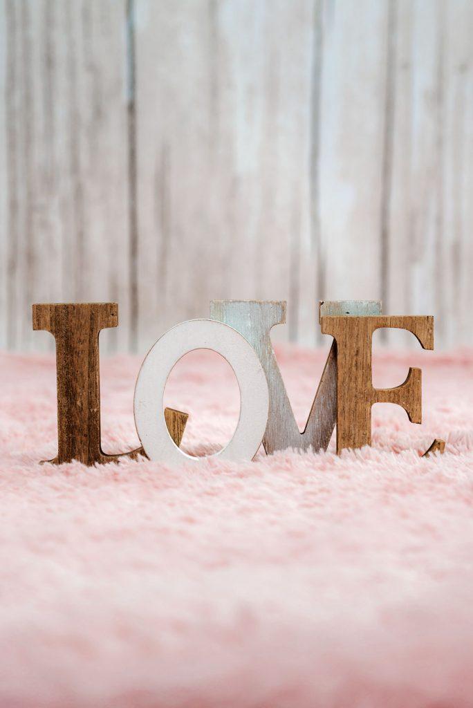 krisfoto baby-www.krisfoto.pl-noworodkowa-detal-faq-gdzie jesteśmy-napis fotograf-napis love